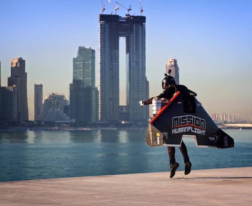 Vea este Jetman volar sobre el emirato de Dubái a 250 millas por hora