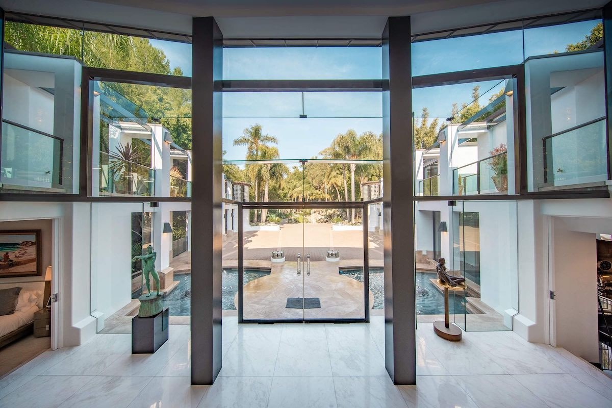 Multimillonario David Saperstein enlista su moderna mansión de Malibu por $115 millones