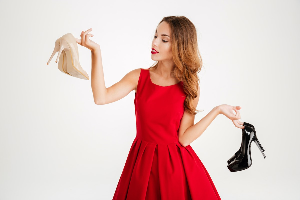 Hermosa mujer con zapatos de tacones altos