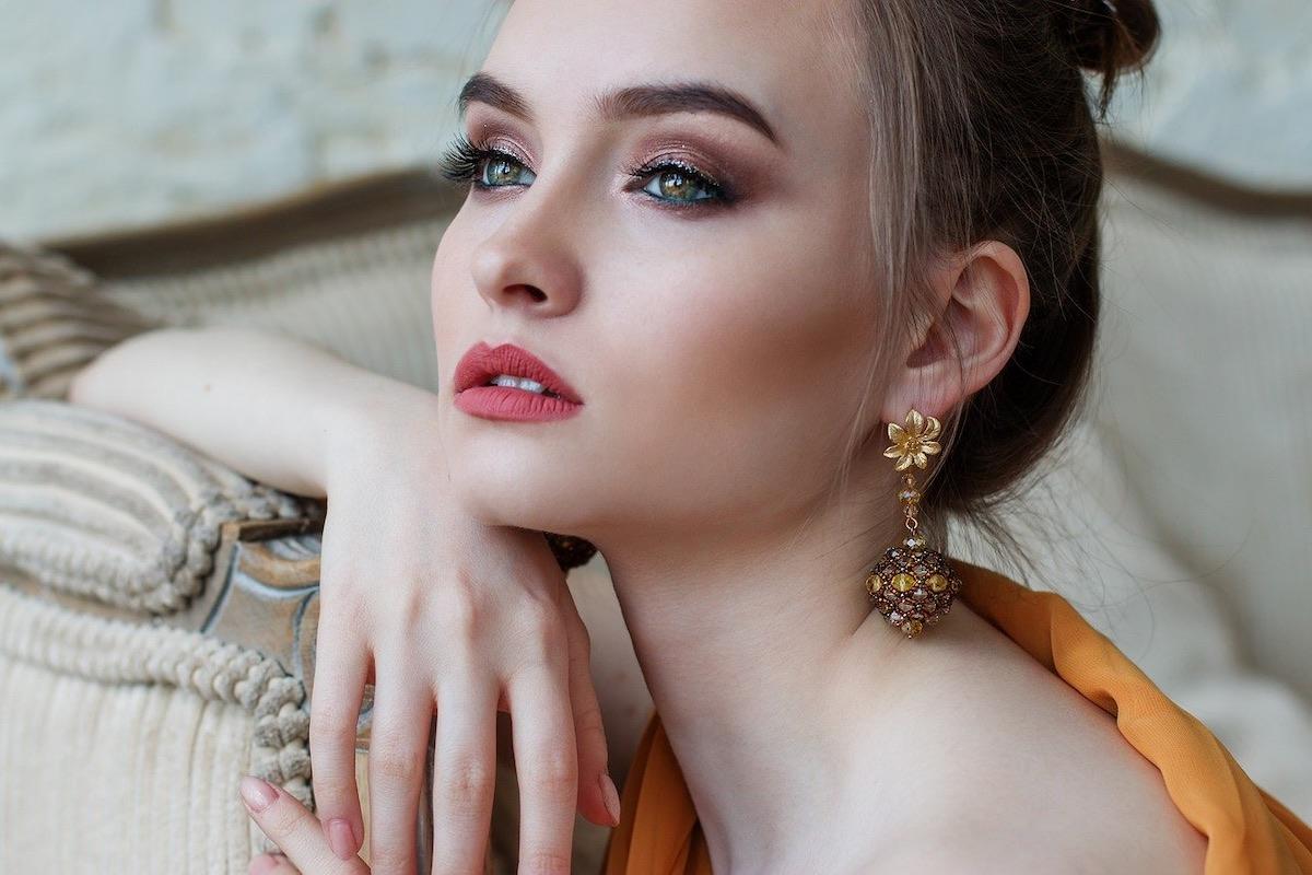 Hermosa mujer con maquillaje
