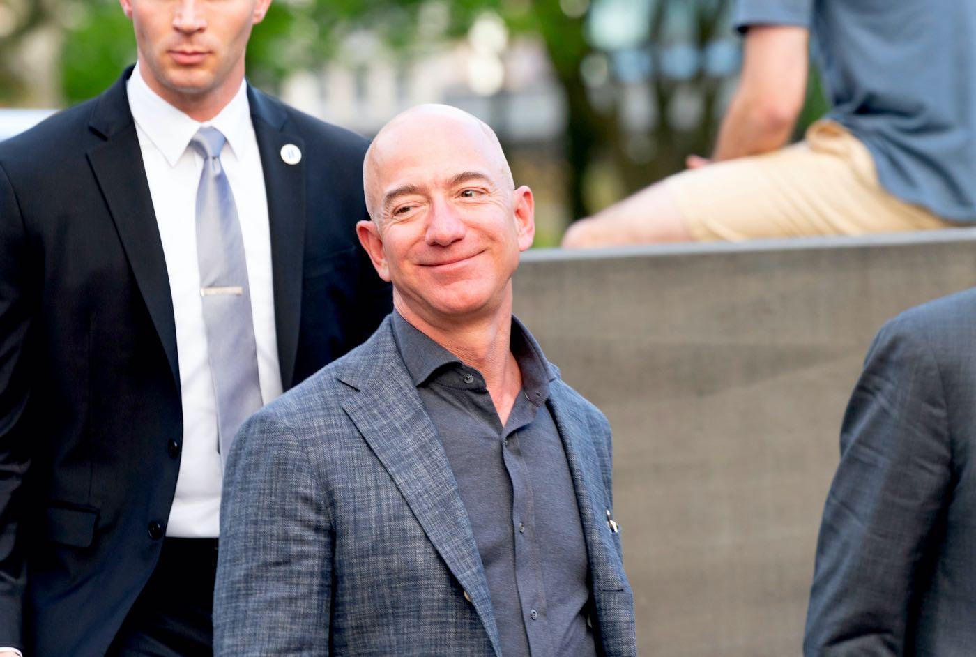 Jeff Bezos comparte un viejo artículo que predijo el fracaso de Amazon; Elon Musk responde