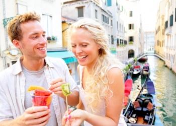 Pareja comiendo fruta en Venecia