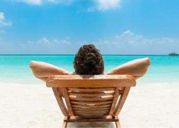 Hombre en la playa, con vista al mar