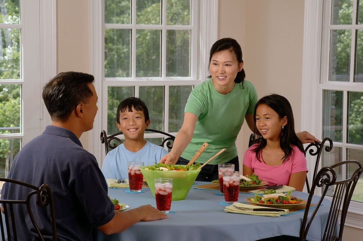 Compartir comidas también tiende a promover hábitos alimenticios más saludables y a hacer que todos los miembros de la familia interactúen.