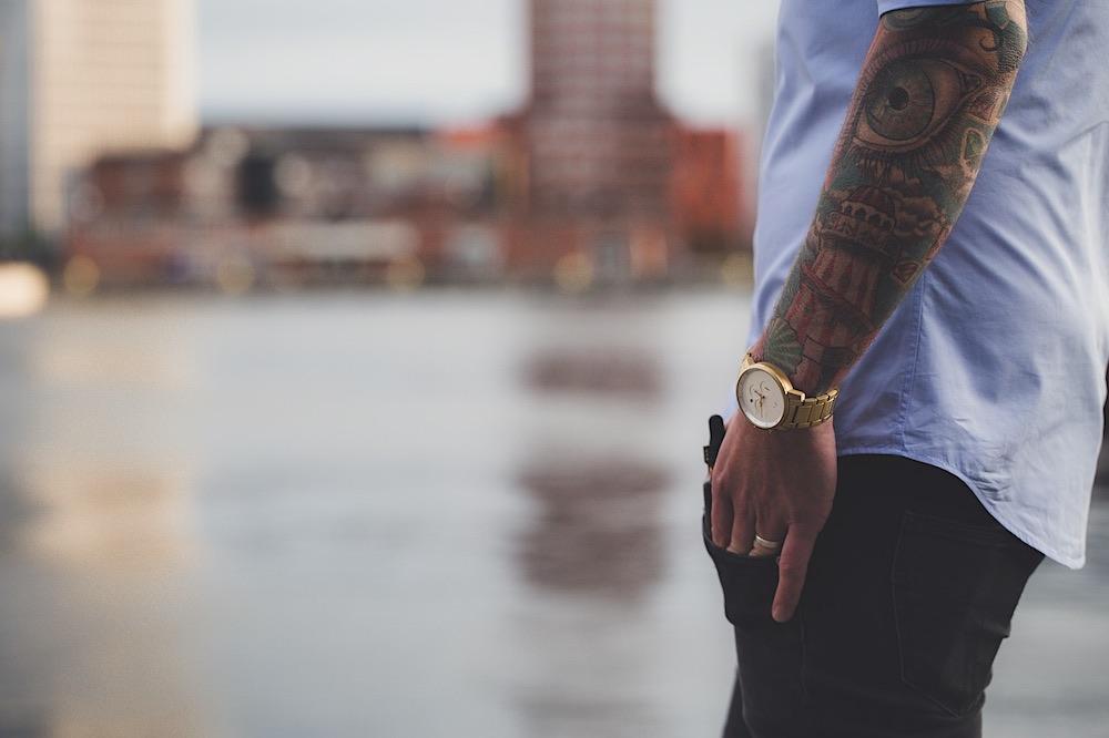 6 artículos esenciales para el guardarropa de lujo del hombre moderno.