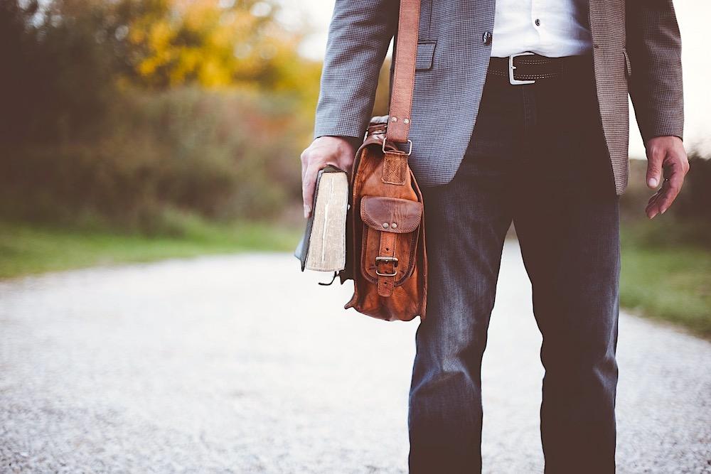 Seis artículos esenciales para un guardarropa de lujo del hombre moderno