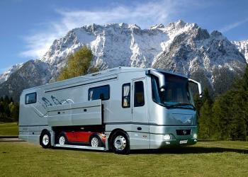 Las autocaravanas Volkner Mobil de $1,7 millones y con garaje integrado pueden que parezcan autobuses comunes desde afuera, pero solo hasta que entres en uno de ellos