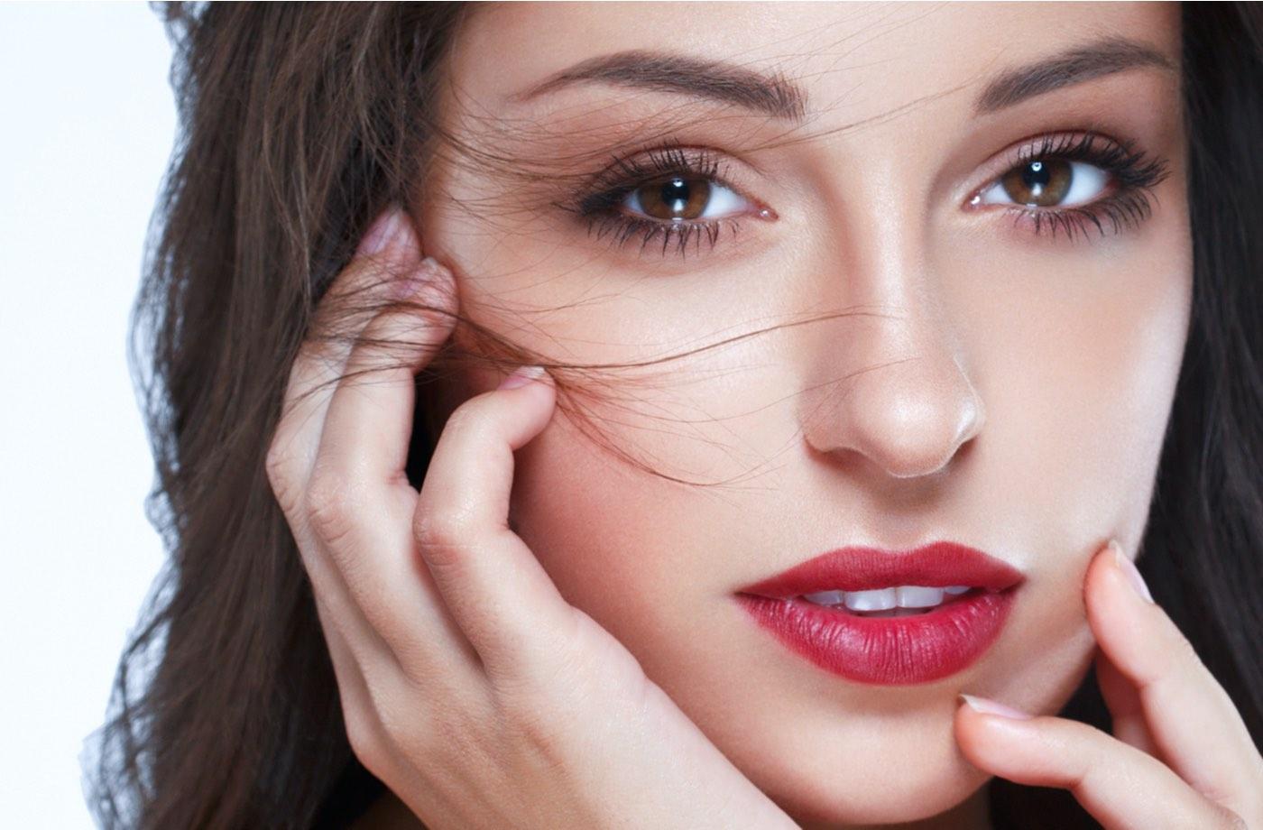 Bella mujer de labios rojos, piel sana y curtida belleza