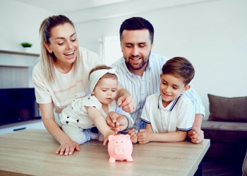 familia ahorra dinero con una alcancía.