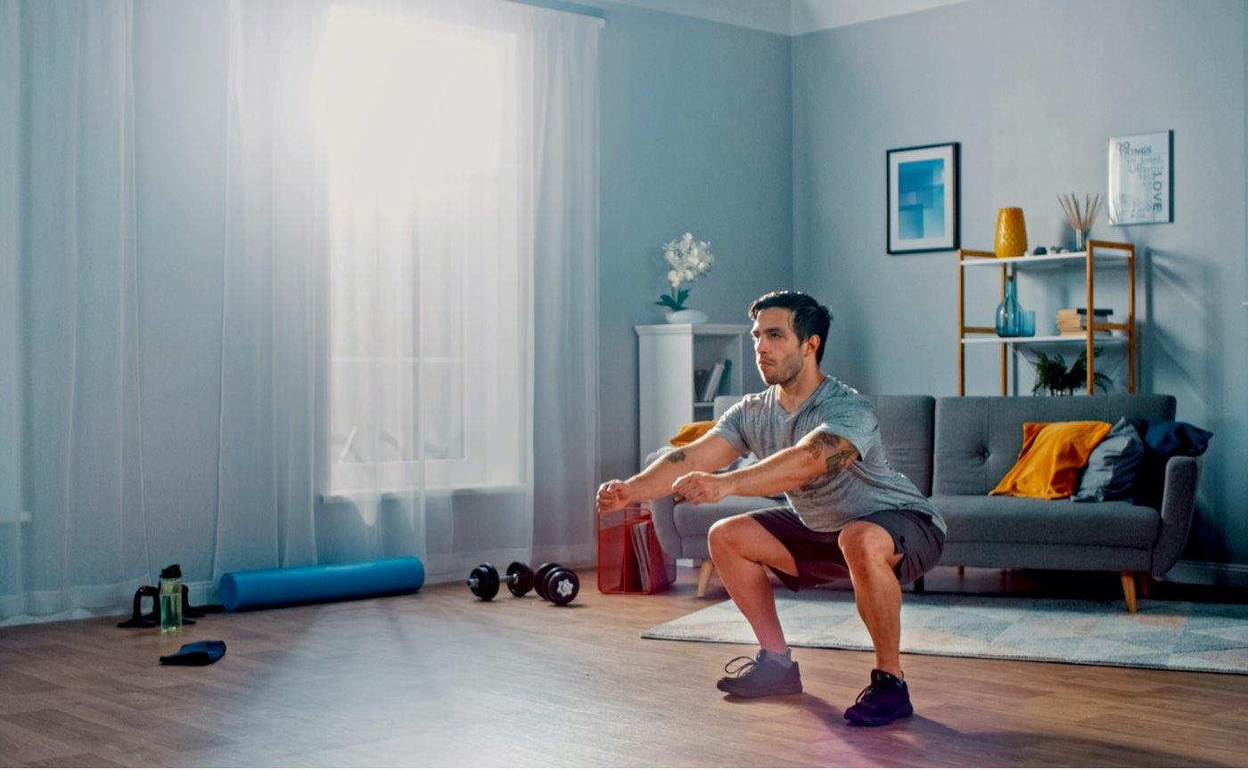 Haciendo ejercicios de sentadillas en casa.