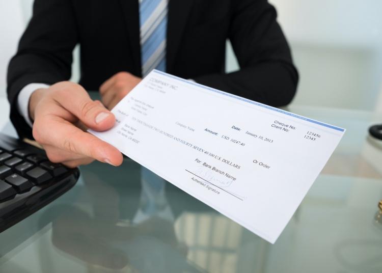 Empresario entregando cheque de banco