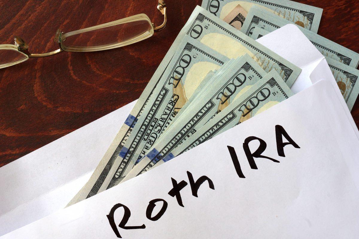 Roth IRA escrito en un sobre con dólares.