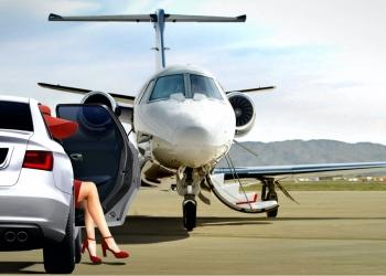 Mujer preparándose para abordar un jet privado en el aeródromo
