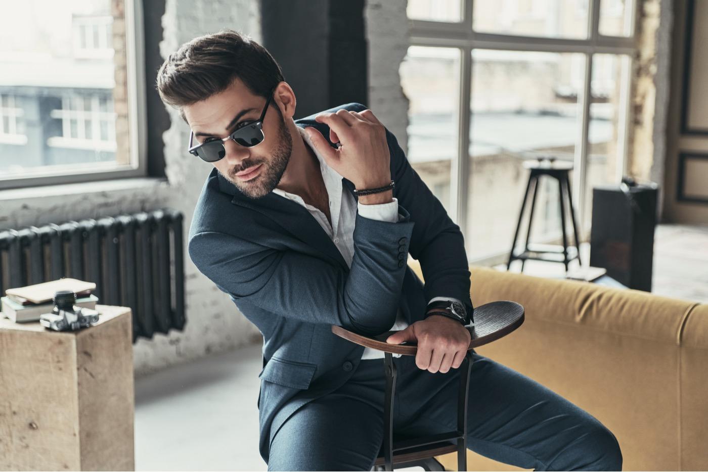 6 artículos esenciales para un guardarropa de lujo del hombre moderno