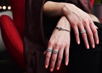 Mano de una mujer con anillos de plata.