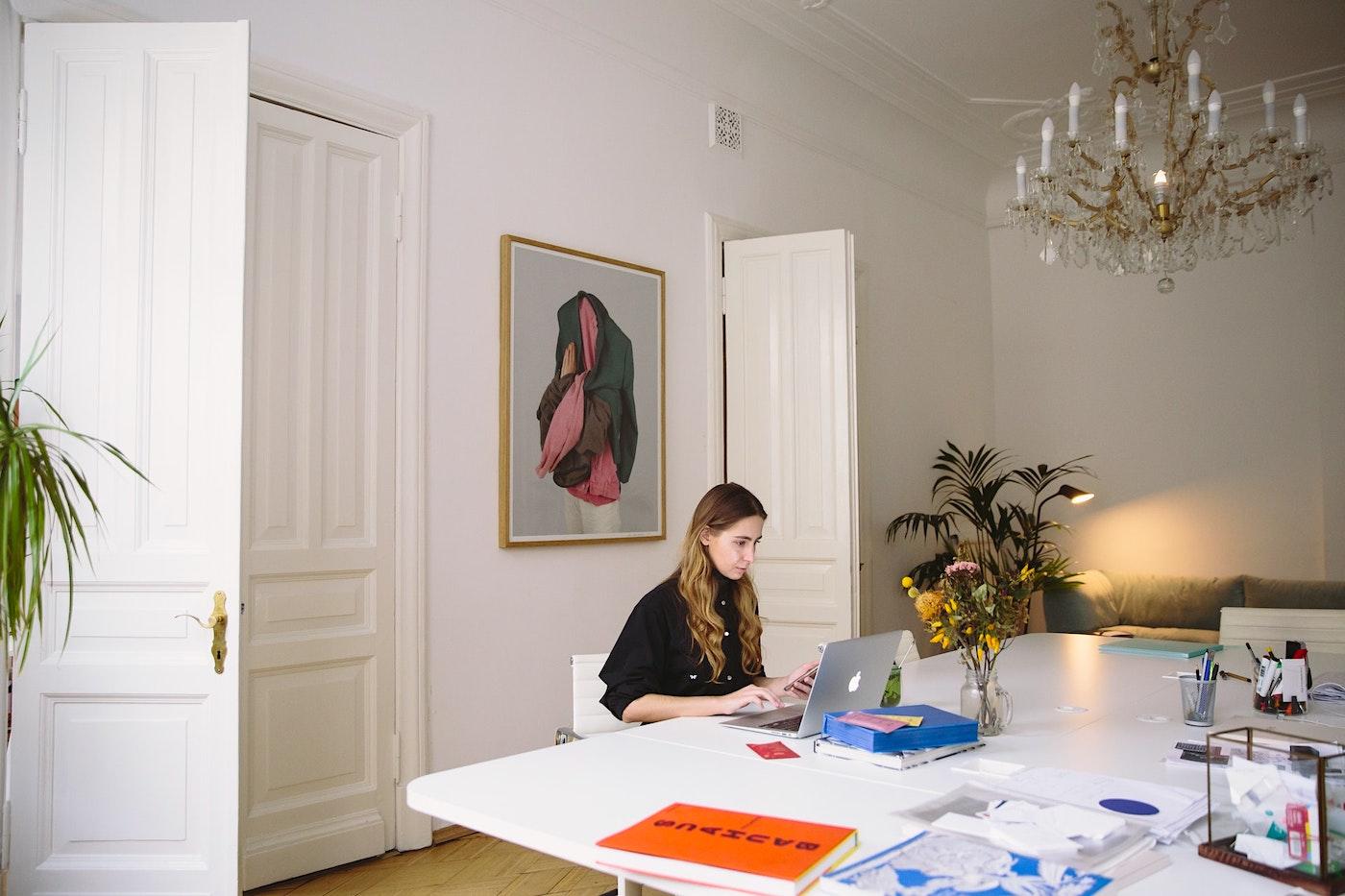 Mujer trabajando en casa
