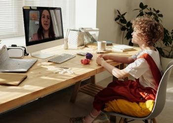 Niño frente computadora mirando video