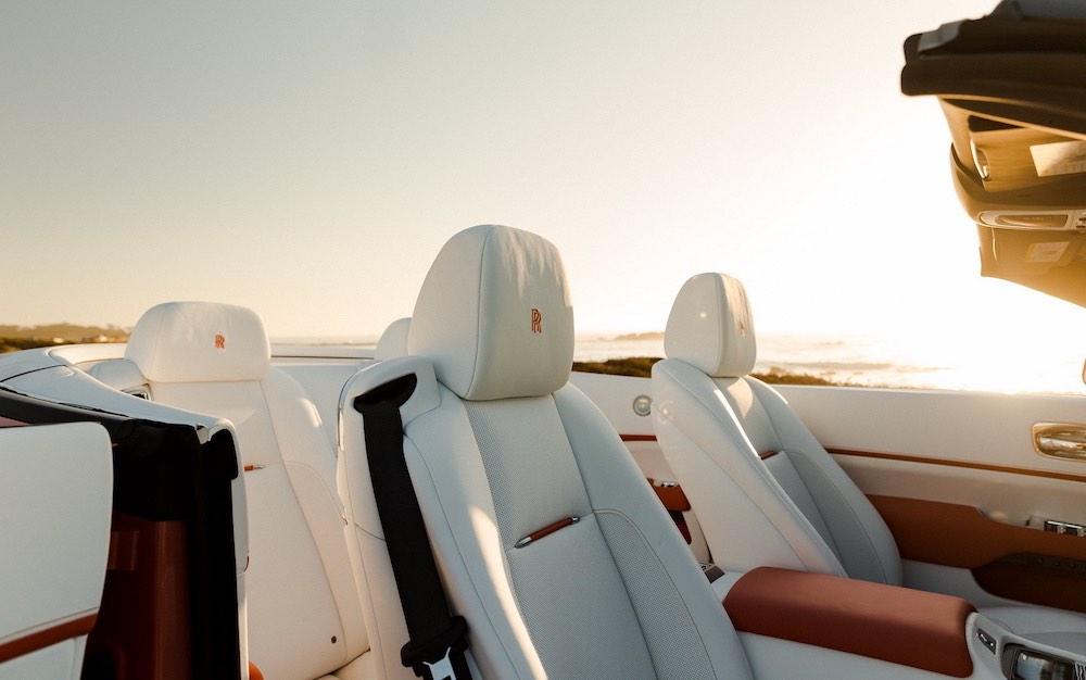Un vistazo de cerca del Rolls-Royce Dawn Black Badge personalizado en coral y blanco