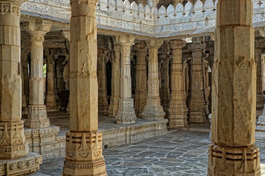 Interior de un templo de estilo Barjatya