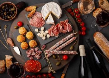 Los turistas acuden a España principalmente por el clima y la gastronomía.