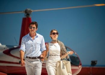 Pareja en viaje de vacaciones en helicóptero