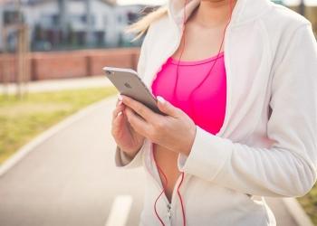 Mujer haciendo ejercicios con el teléfono