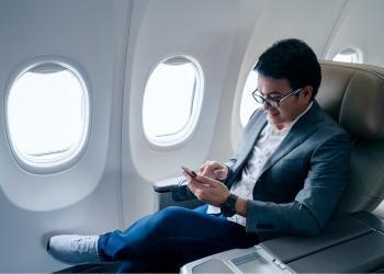 Empresario asiático sentado en su avión privado