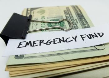 FONDO DE EMERGENCIA: Concepto de ahorrar dinero para los días de crisis.