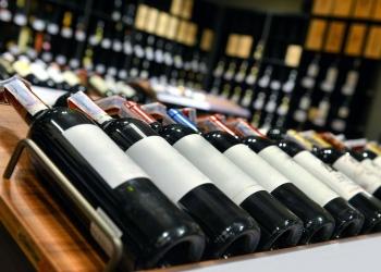 Botellas de vino tinto y vino blanco en una bodega