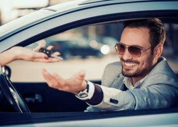 Concesionario de autos, Joven recibiendo la llave de sucoche nuevo