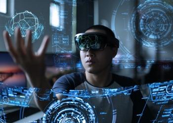 Hombres usando realidad virtual con hololens