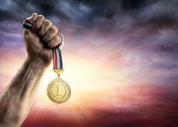 Medalla de primer lugar en mano de un hombre