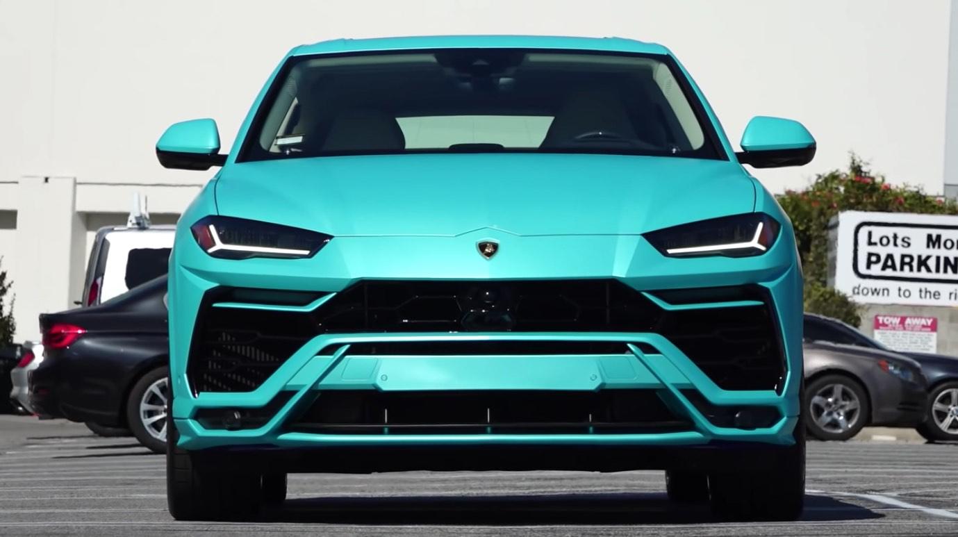 El rapero Yo Gotti celebra cumpleaños personalizando su SUV con una envoltura azul turquesa
