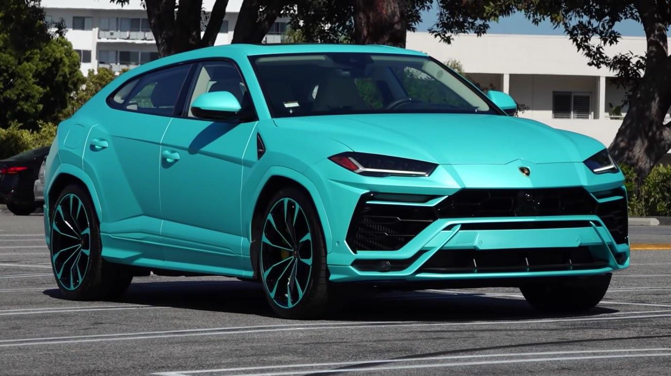 El rapero Yo Gotti celebra cumpleaños personalizando su Lamborghini Urus con una envoltura azul turquesa