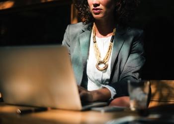 Mujer trabajando en una computadora