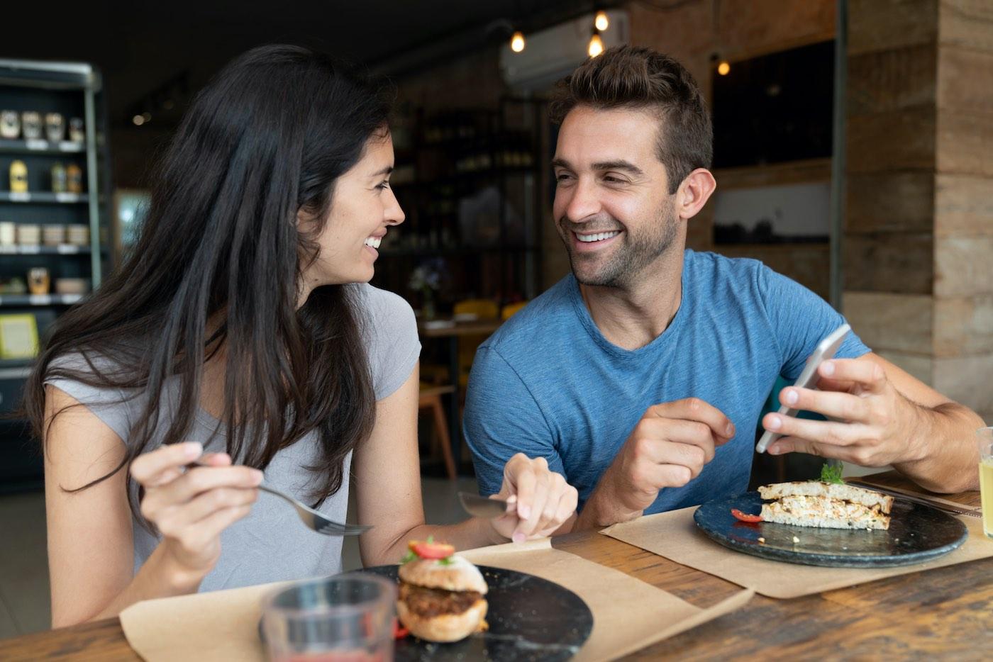 Cuando interactúas a través de aplicaciones de citas, puedes atraer a personas que comparten gustos similares a los tuyos...