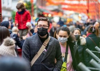 Personas con mascarillas protegiendose contra el Covid-19