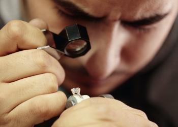 Joyero reparando anillo de diamantes en la joyería