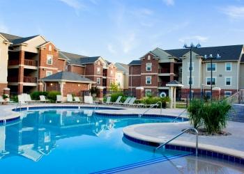 Complejo de apartamentos con hermosa piscina.