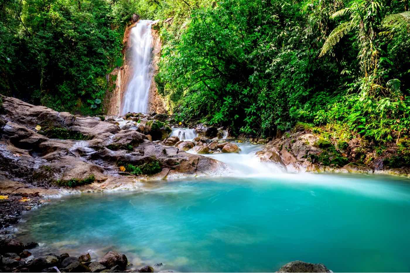 Cascadas azules de Costa Rica, paisaje natural en Bajos del Toro cerca de la Catarata del Toro y San José.
