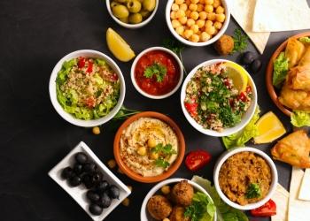 Comida libanesa con falafel, hummus, tabulé, samosa y caviar de berenjena