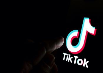 Logotipo de la aplicación TikTok en la pantalla del teléfono inteligente.