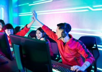 Equipo de jugadores asiáticos de juegos online ganas videojuego en un torneo eSport.
