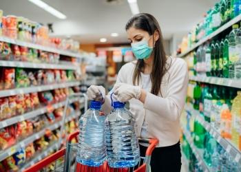 Mujer con una máscara protectora mientras compras durante la pandemia Covid-19.