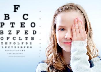 Chica revisando la vista cerrando el ojo con la mano.