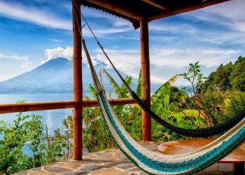 Lago de Atitlán y Volcán San Pedro en Guatemala, Centroamérica.