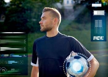 jugador de fútbol con balón en el campo