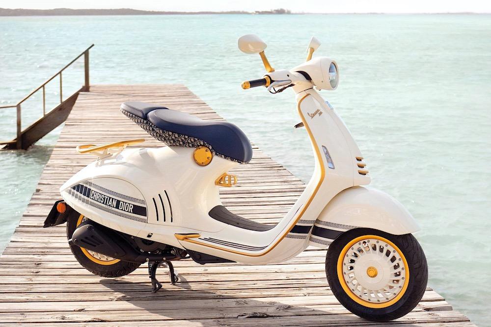 Dior y Vespa se unen para crear el scooter más glamuroso y exclusivo de la historia con accesorios a juego.