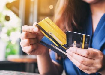 mujer eligiendo tarjeta de crédito para usar