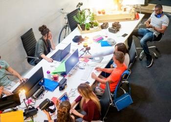 Equipo de jóvenes trabajando un proyecto en una oficina creativa en el lugar de trabajo